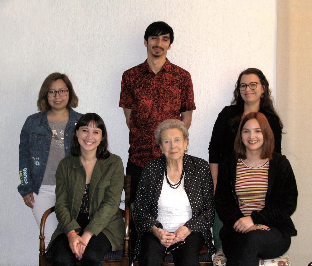 De pie: Loreto Ramírez Ponce, Daniel Berríos Cáceres y Viviana Pinochet Cobos. Sentadas: Rafaela Soro Ferrer, Betty Johnson y Paula Arellano Pizarro.