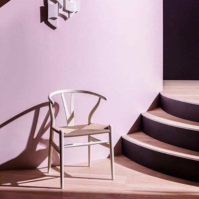 """Pic: @elledecoration_nl  This iconic chair, designed by Hans J. Wegner, holds a special place in the world of modern design. . With its fab sculptural shape, organic simplicity and the characteristic """"Y"""" which inspired the chair's name, the Wishbone Chair. . #iconic #furniturehire #furniturerental #decorhire #prophire #propstylist #eventdecorhire #prophirelondon #rentdontbuy #hiredontbuy #proppingnotshopping"""