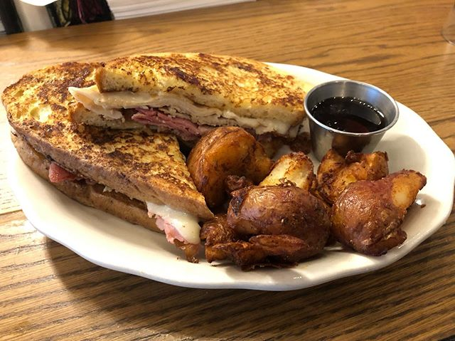 Nothing like a Montecristo sandwich and a side of our famous EGGYS breakfast potatoes to heal your morning craves! 😋#champfood #eggys #eggychi #montecristosandwich #foodofchampions #breakfast