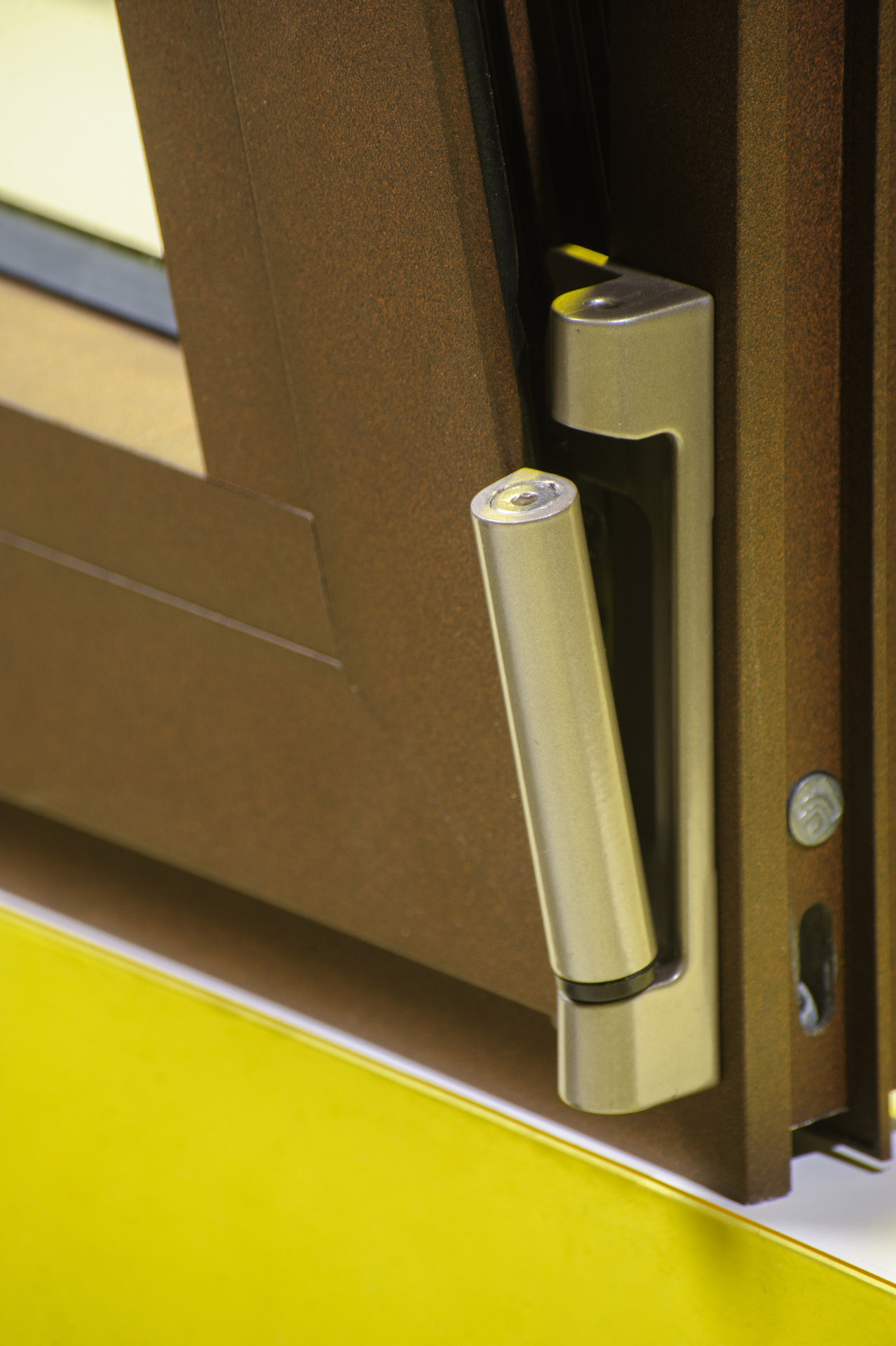 Bisagra de ventana oscilobatiente que se inclina hacia adelante y gira para apertura completa
