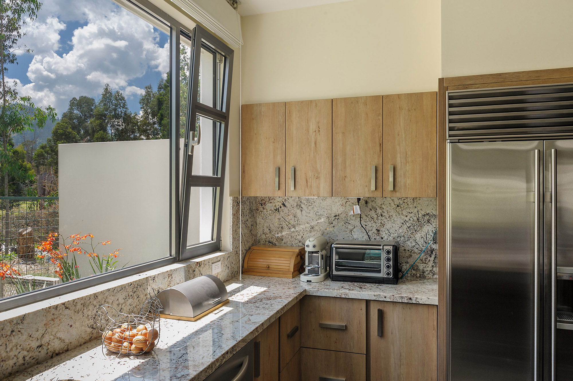 Cocina con ventana de apertura parcial horizontal y apertura vertical completa