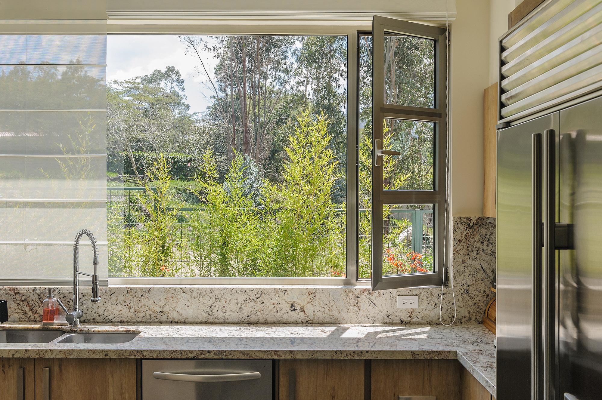 Nítida vista a través de ventana oscilobatiente de cocina