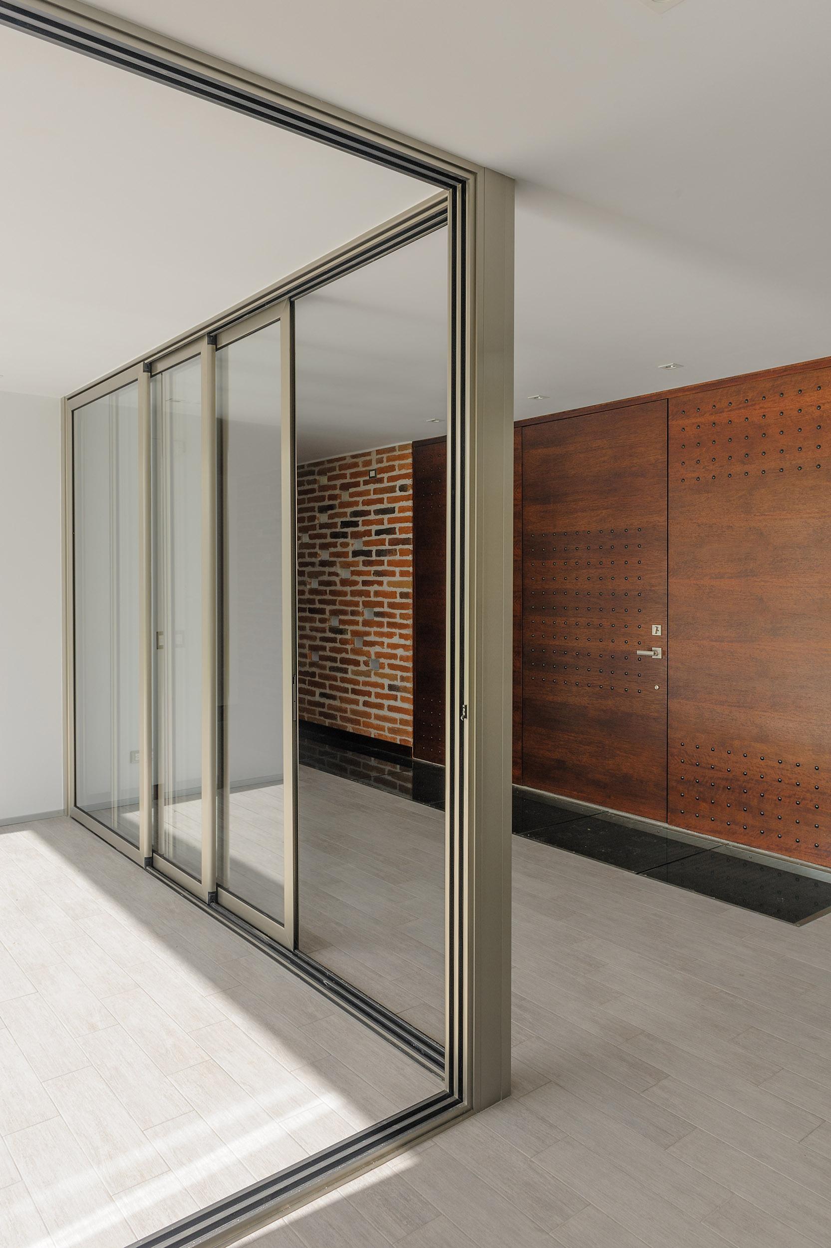 Puerta de vidrio corrediza en forma de L