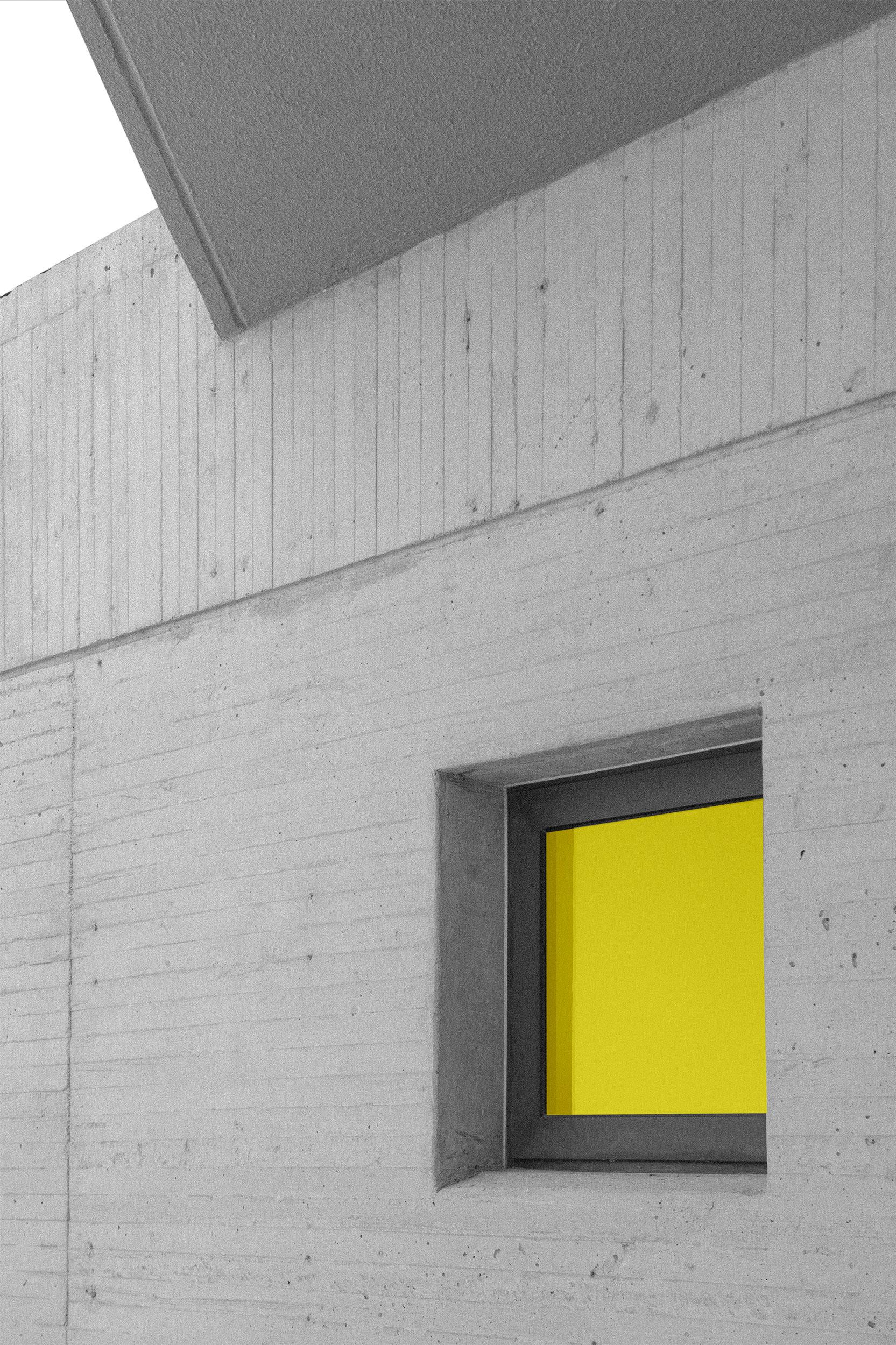 Ventana con marco de aluminio en fachada