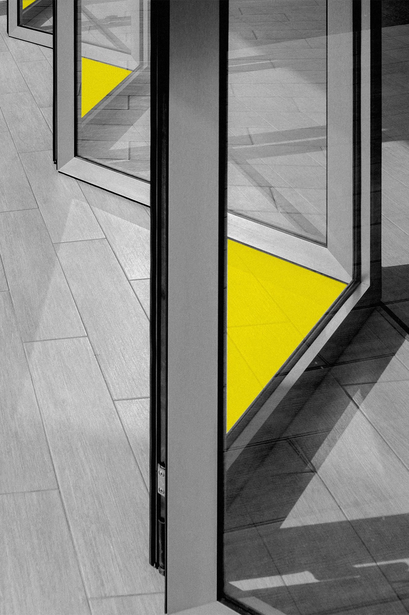 Ventanería Plegable - Puerta o ventana de diseño semejante a las persianas, ya que sus hojas de vidrio se despliegan o se contraen de manera uniforme, lo cual permite regular la entrada de luz y de viento al espacio donde se encuentre.