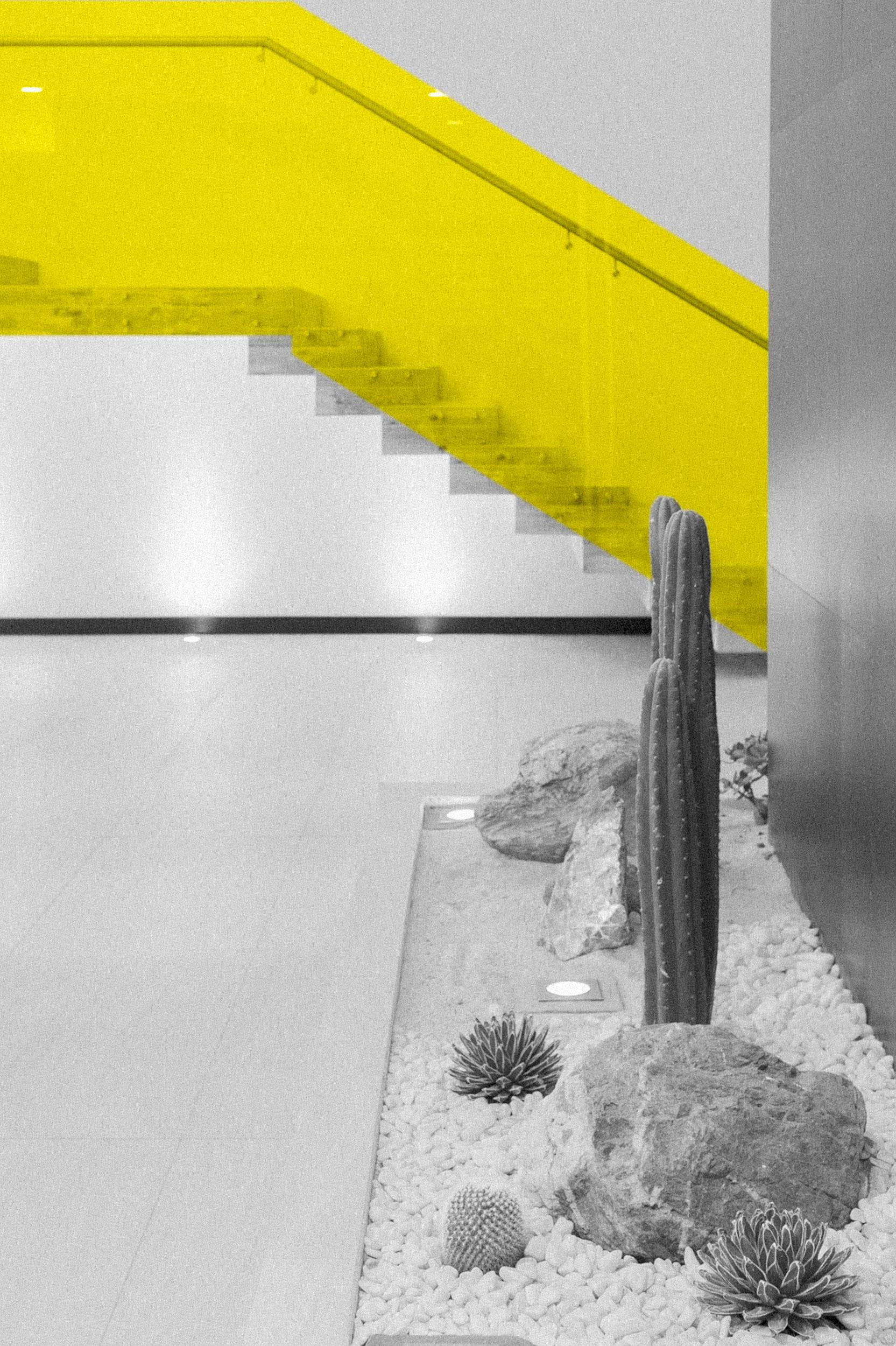 Pasamanos - Vidrio firme y resistente que facilita la visión integral del espacio interior donde se encuentra, además de conferir un estilo moderno al lugar.