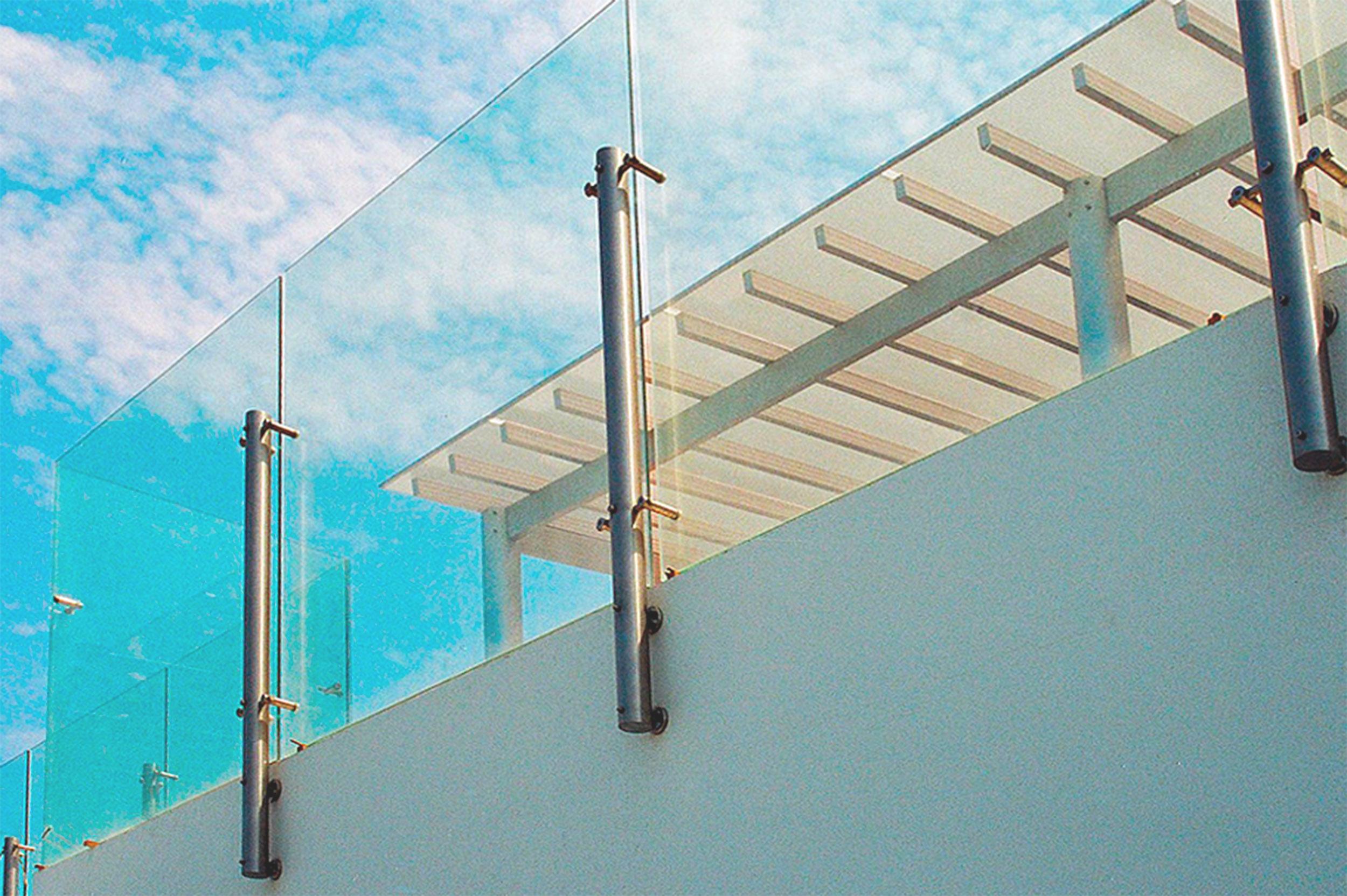 Cortavientos de vidrio con soporte de aluminio, ubicado en balcón