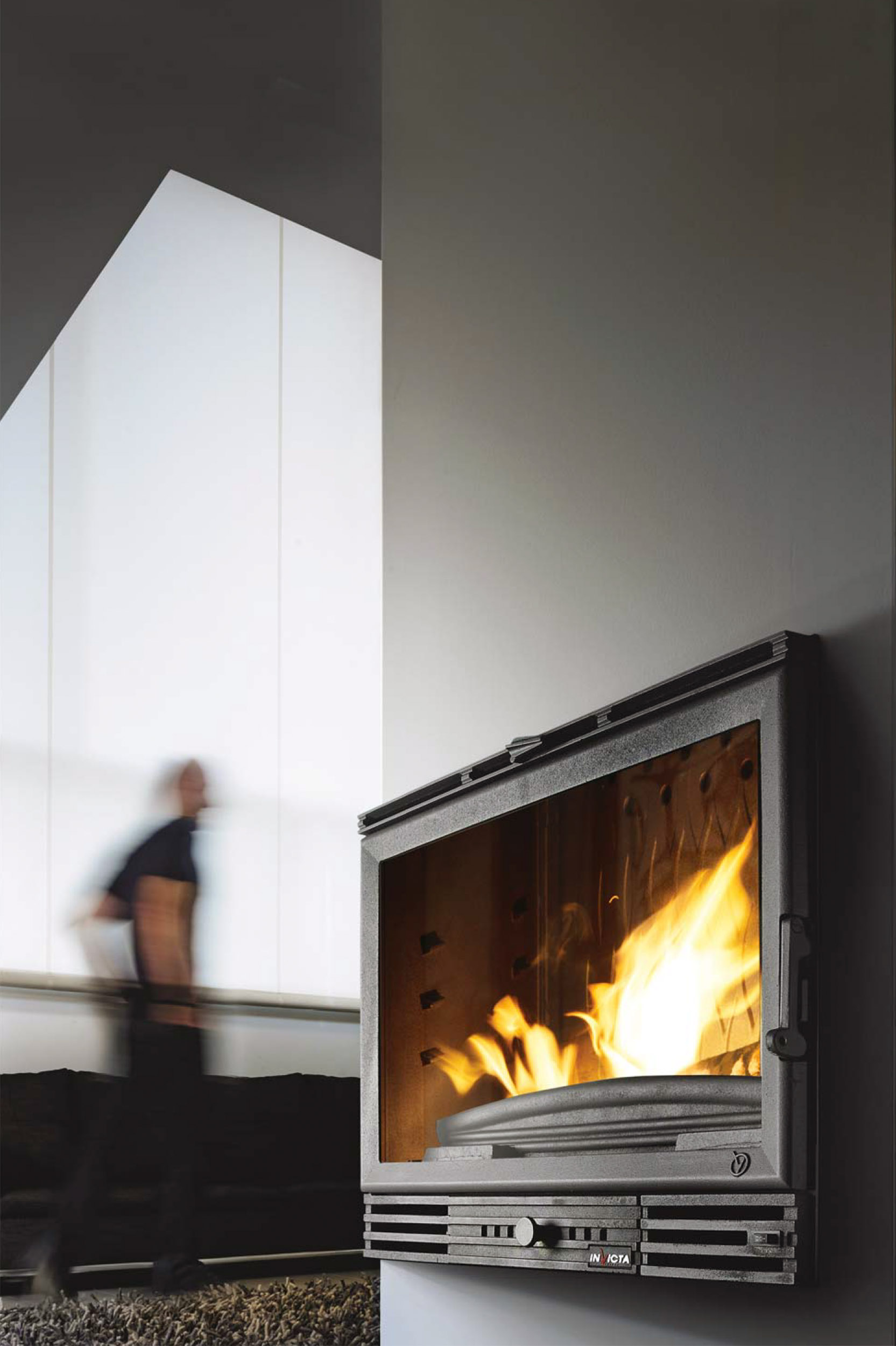 Moderna chimenea empotrada en la pared de una sala de vivienda