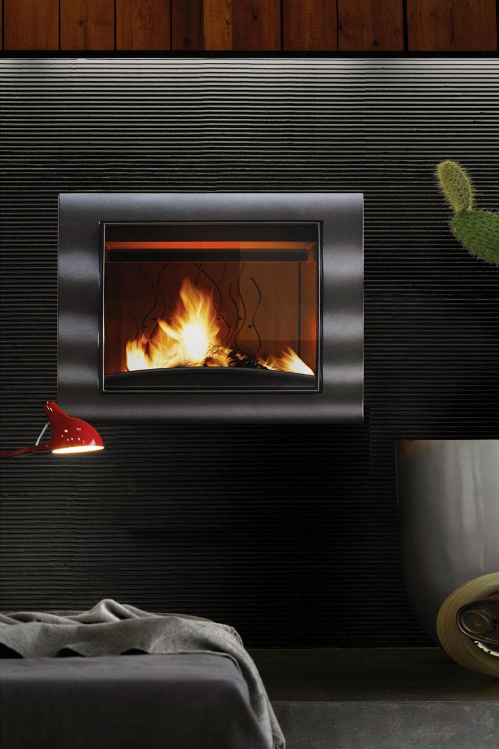 Cajón con fuego encendido en su interior para proveer calefacción en un dormitorio