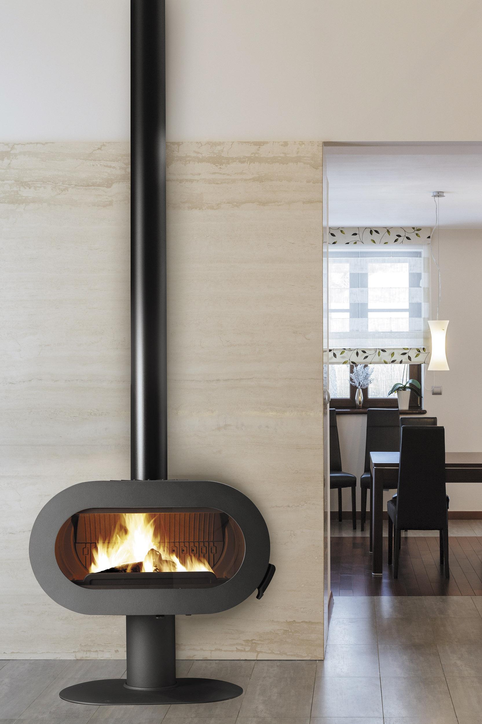 Estufa de hierro que calienta un ambiente interior