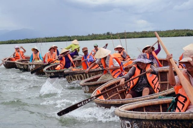 foreign-tourists-learn-how-to-ride-round-boats.jpg
