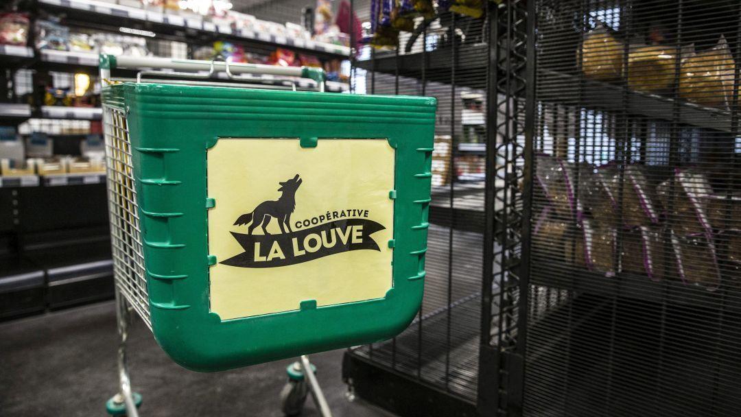 Caddie du supermarché coopératif  La Louve  à Paris.