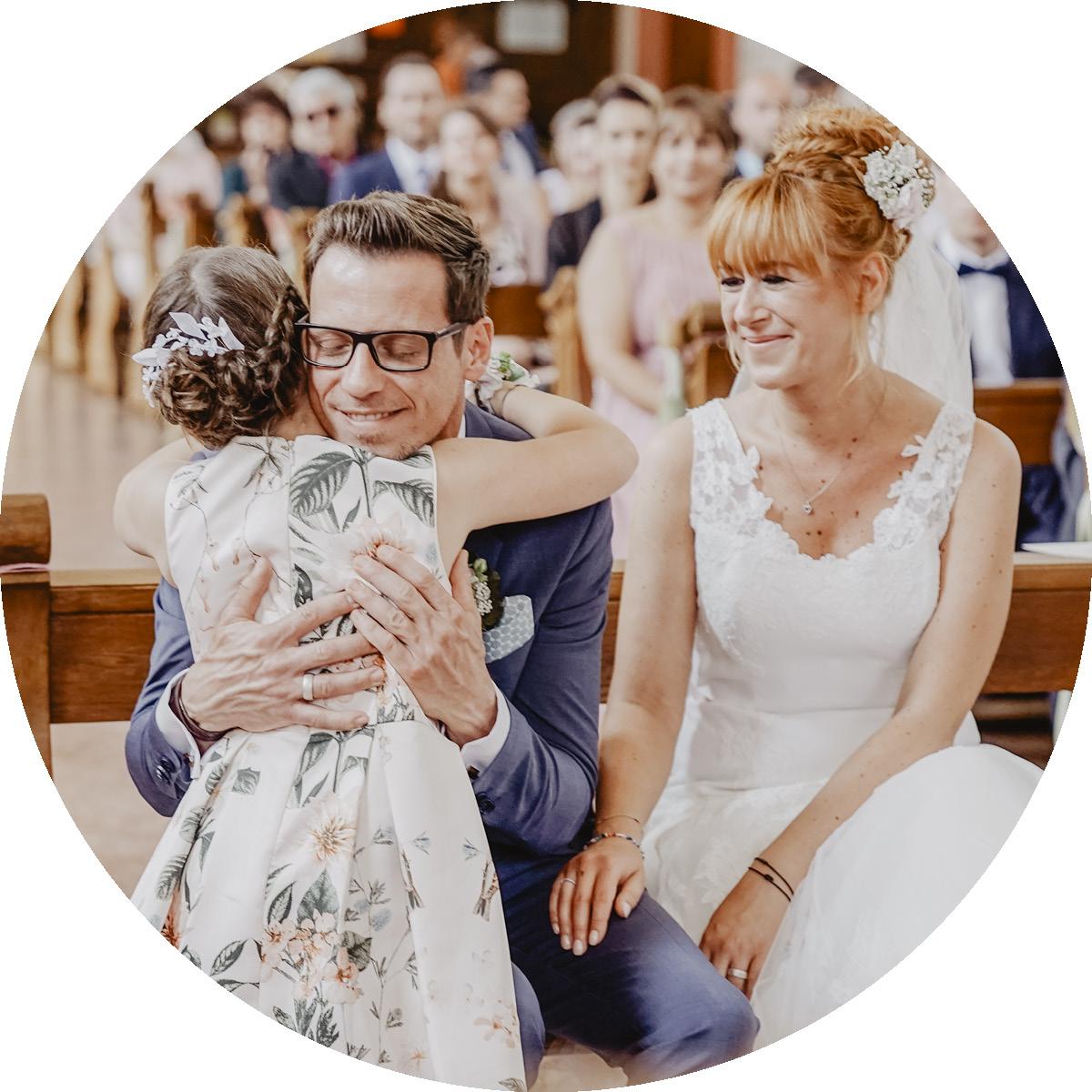 Hochzeit einer Patchwork Familie mit einer herzhaften Umarmung