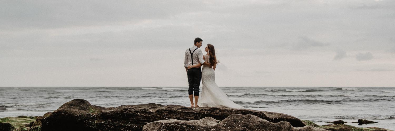 Hochzeitspaar am Strand auf Bali