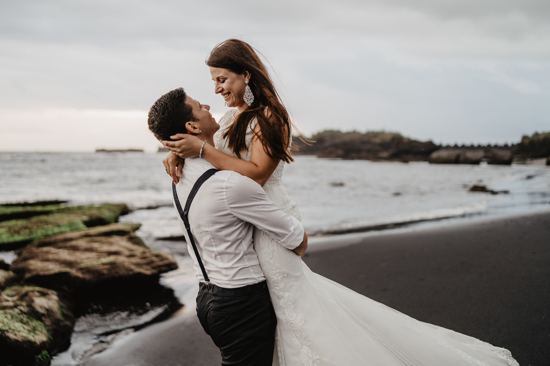 Inniger Moment von einem Brautpaar
