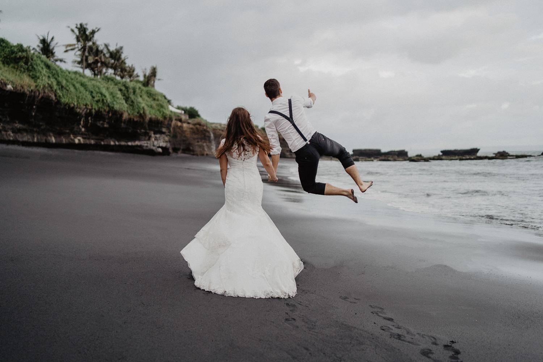 Bräutigam springt vor Freude in die Luft
