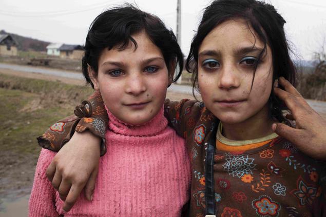 Davin Ellicson, Roma girls, Coroieni, Transylvania, Romania (2011), © Davin Ellicson