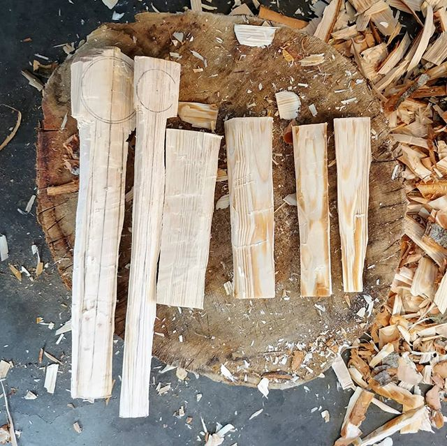Getting ready for the weekend. . . . #spooncarving #spoon #woodcarving #axe #woodenspoon #sloyd #whittling #spooncarver #makersgonnamake #makersmovement #spoonmaker #woodcraft #carvingaxe #makersofinstagram  #diy #handcarved #wearethemakers #handcrafted #greenwoodcarving