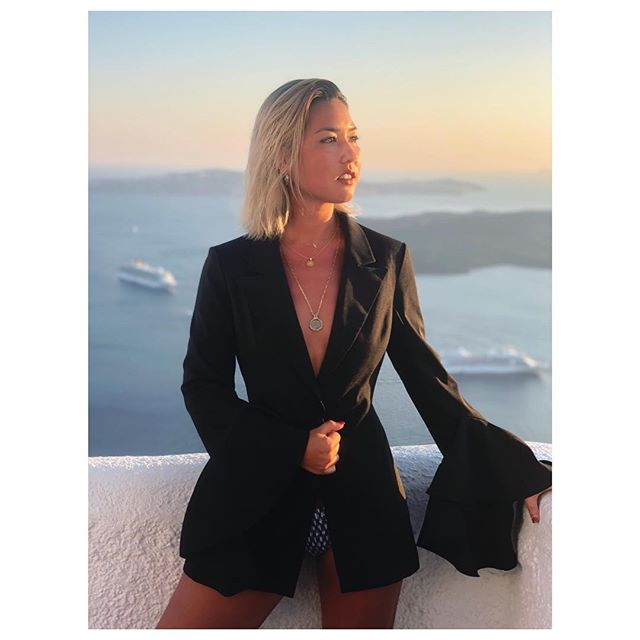 Always love the way a powerful blazer makes me feel 🖤 #piawoman #piapostrophea #lifeofastylist #wiw #sunset #santorini 📷 @borisburgess