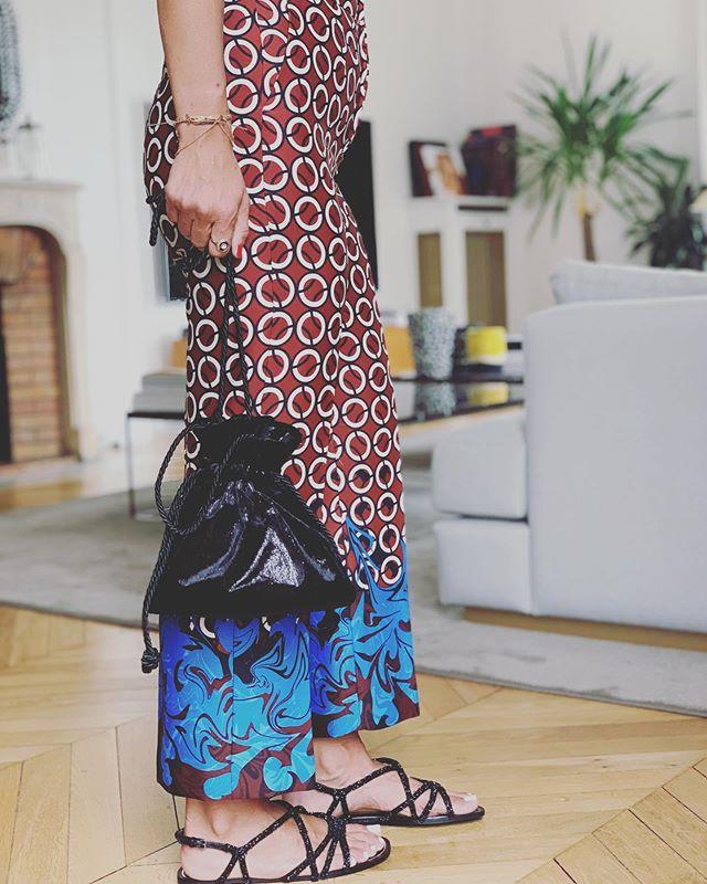 Hanging Out 😜 New Iridescent velvet / velours Irisé . . . #soir_paris #soir_clutch #bourse #petitsac #sacdusoir #sacdejour #sacbijoux #jewelbag #bucketbag #minibag #velvetbag #velvetclutch #Iridescentvelvet #veloursirisé #new #fashionbag #fashionbrand #parisianbrand #madeinparis #madeinfrance #tissumetallisé #svarowski #paris
