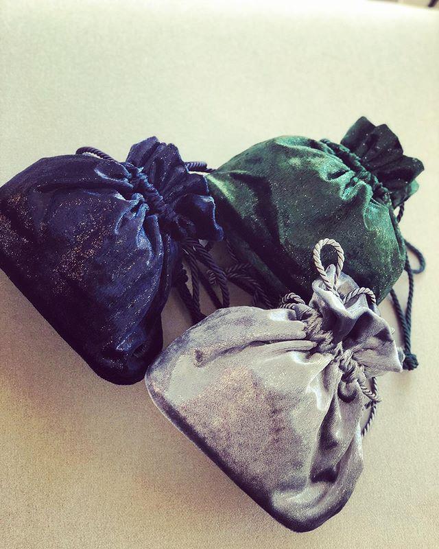 Velours Irisé 💫  More colors available 🍭 . . . #soir_paris #soir_clutch #petitsac #sacdusoir #sacdejour #bucketbag #minibag #bourse #velours #veloursirisé #fashionbag #fashionbrand #parisianbrand #madeinparis #madeinfrance #velvetclutch #paris