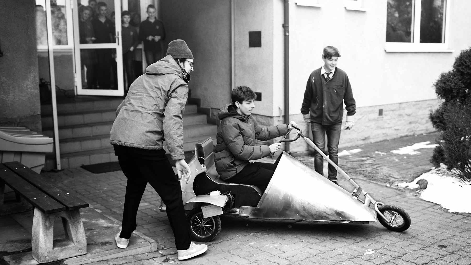 Młodzież z klasy 2G zbudowala działający prototyp jednoosobowego pojazdu. Brawo!
