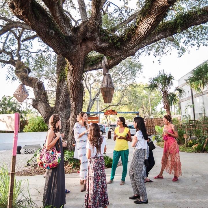 Una mesa colorida, una clase de yoga, unos aceites beneficiosos y meditar juntas. En la comunidad MiaLife vamos a compartir en espacios acogedores de Miami. Nos reunimos, intercambiamos ideas y experiencias. Conecta con tu tribu!