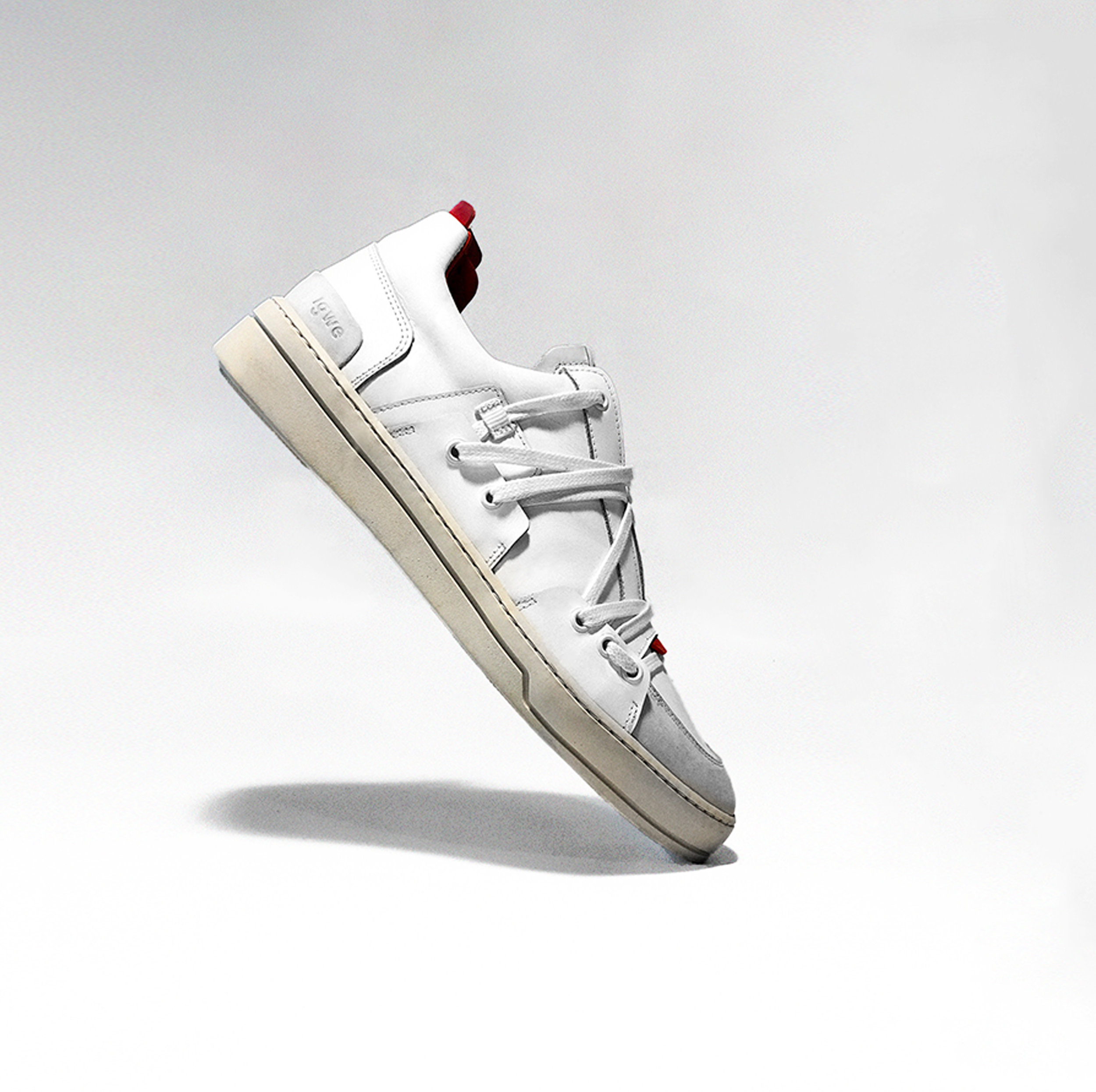 Comme un Camion - IGWE, DES SNEAKERS ÉTHIQUES ET ATYPIQUESEn ce moment même, sur Ulule, une marque parisienne a fait son apparition, et a décidé de se placer dans l'univers bouillonnant de la sneaker. Igwe, ce sont des baskets disponibles du 36 au 45, dont la démarche éthique est l'un des piliers. Après plusieurs passages dans des entreprises comme Puma ou Veja, Samuel Baruch a décidé de se lancer dans l'aventure à son tour. Igwe… Ce nom, aux accents centraficains, pourrait s'apparenter à une traduction de « aller de l'avant », comme l'incarne ce premier modèle « Specimen », 100% recyclable ! Grâce à son laçage particulier et à ses languettes rouges, l'identité de la marque s'installe dès la première paire, alliée à une réflexion sur la fabrication, et une démarche responsable.