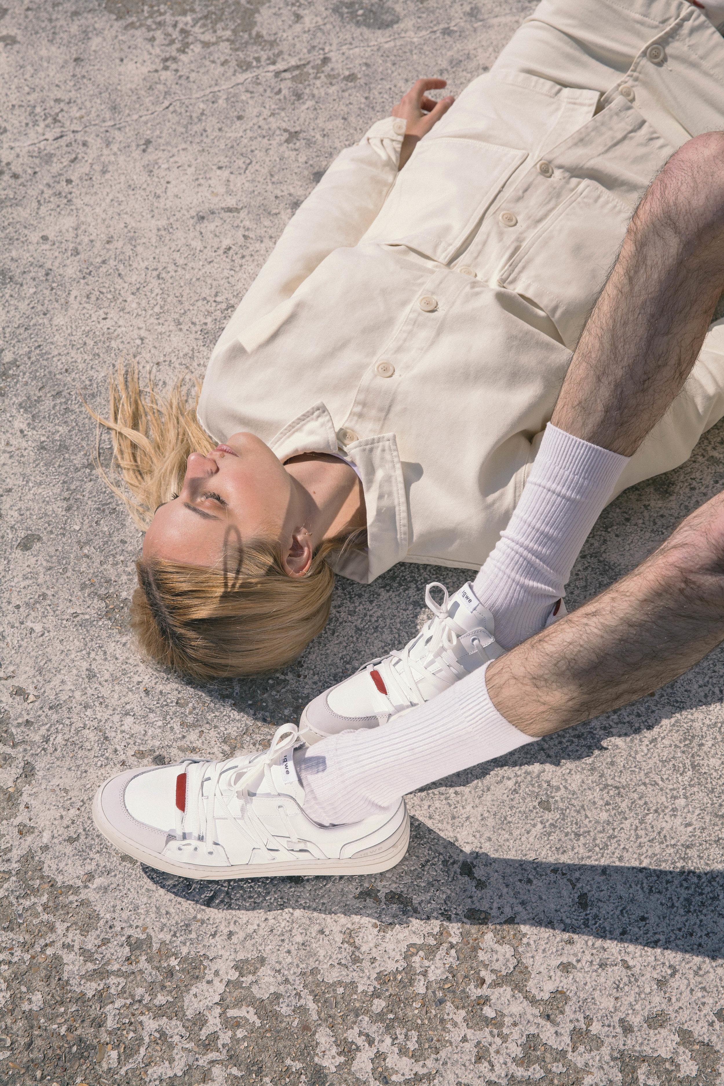 Specimen d'IGWE - Le jeune label parisien IGWE dévoile sa première sneaker alliant une silhouette sobre, mais élaborée et cent pour cent recyclables.Tous les jours nous vous informons sur la myriade de sorties sneakers à travers le monde, mais la plupart des retailers majeurs que sont Nike, adidas, Puma, Reebok et bien d'autres n'oeuvrent pas encore majoritairement en faveur du développement durable, des efforts sont mis en place sur certains éléments ou paires, mais un cap est à franchir pour des produits 100% recyclables. Cap que IGWE a franchi avec sa nouvelle paire nommée Specimen.