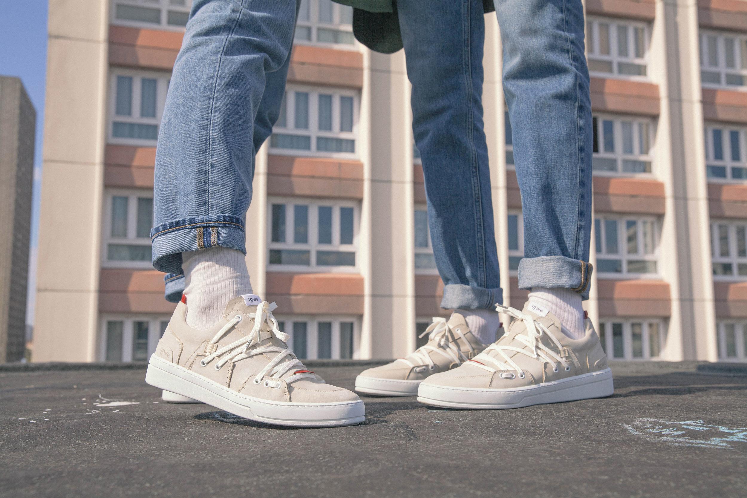 """hypebeast - Inspiré par l'architecture urbaine, le label parisien Innovation Goes With Environment (IGWE) présente les nouvelles sneakers recyclabes de sa première collection.Fondé en octobre 2018, le but d'IGWE est de mélanger la mode et le respect de l'environnement à travers des sneakers """"clean et recyclables"""". La collection """"The Urban Myth"""" du label parisien présente son modèle """"Specimen"""" décliné en trois coloris """"White Cure"""", """"Black Era"""" et """"Sand Spirit"""" toujours détaillés de rouge, """"véritable fil d'ariane de chaque création"""". La basket basse aux lignes épurées s'habille de détails graphites inspirés par l'architecture urbaine de la capitale…"""