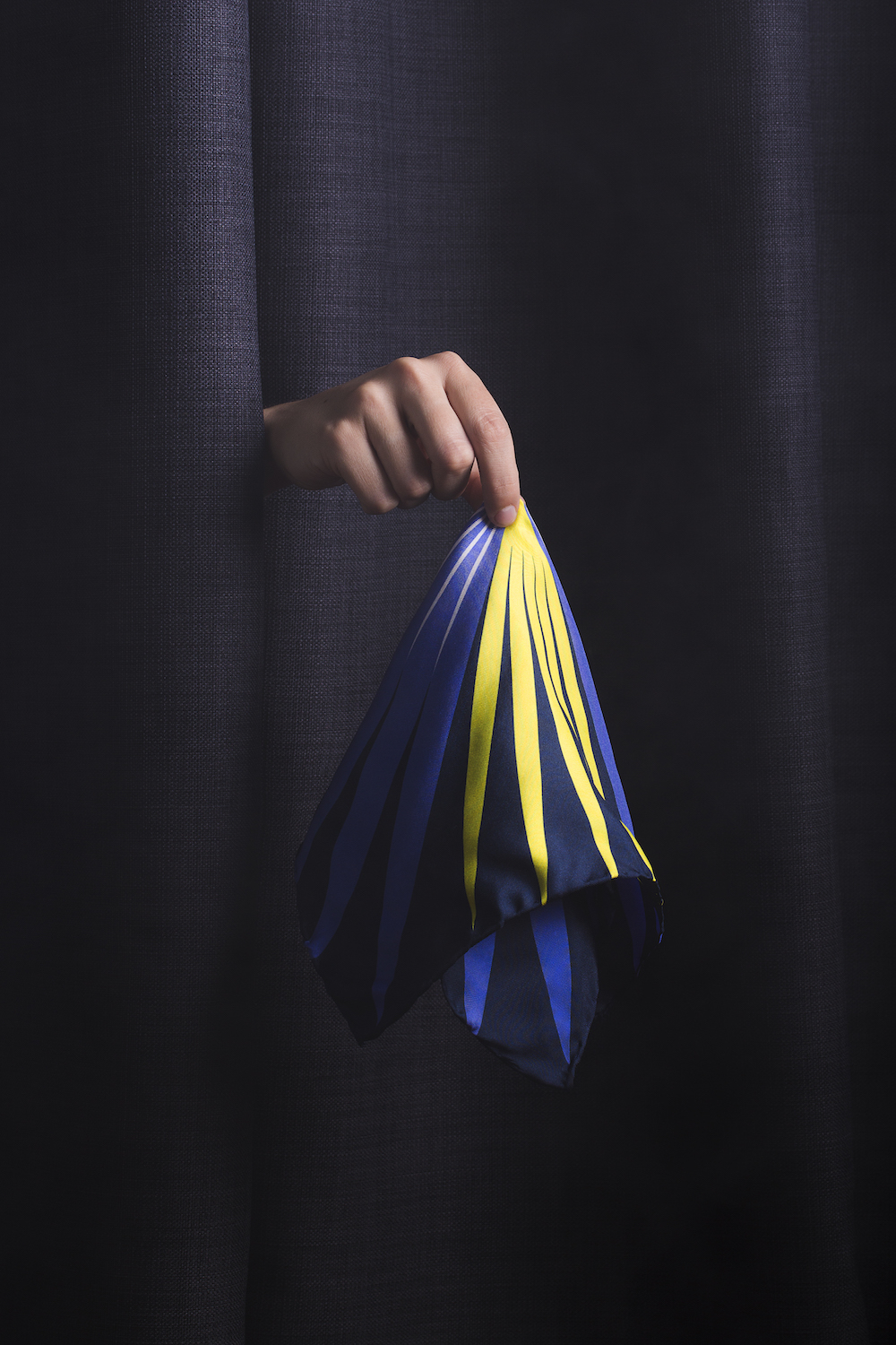 Hand-rolled 100% silk pocket square with original pattern, made in Italy.