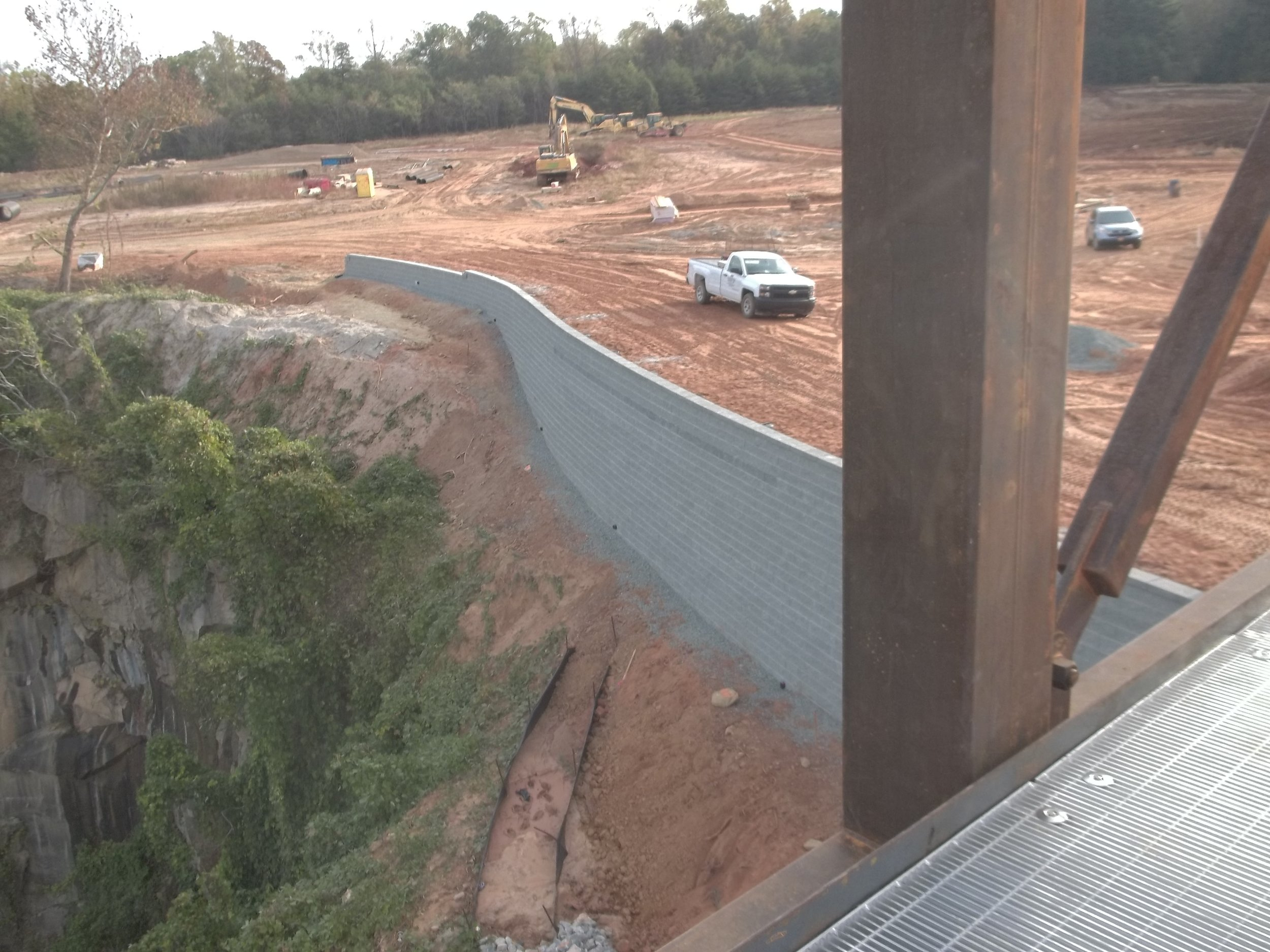 PARK 04 - building the retaining wall at the edge of the quarry.JPG