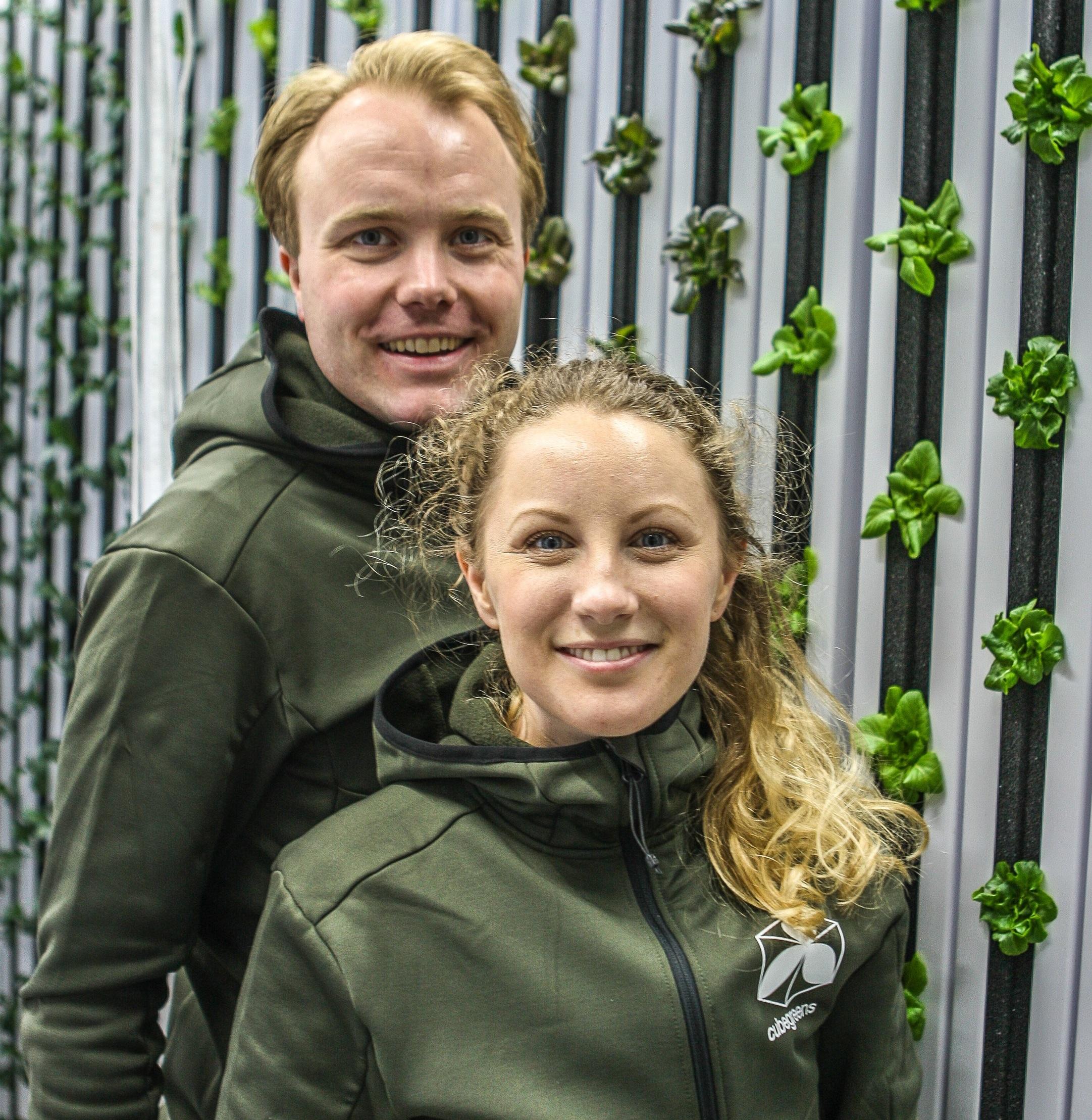 Hej! - Vi heter Lill och Carl Grebing och driver den urbana odlingen här Sickla. Med hjälp av en ombyggd fraktcontainer odlar vi sallater, kål och örter med största omtanke om smak, kvalité och miljö.Vi odlar helt giftfritt och levererar vår skörd till fots och med cykel till restauranger, butiker, kontor och boende i Sickla med omnejd.På den här sidan har ni möjlighet att beställa vår skörd för leverans till Atrium Ljungbergs huvudkontor. Skörden levereras veckovis på torsdagar till receptionen senast kl.16.Om du är intresserad av att prenumerera på en skördepåse veckovis över en längre period ber vi dig maila till oss på info@cubegreens.se så ordnar vi ett sådant abonnemang.