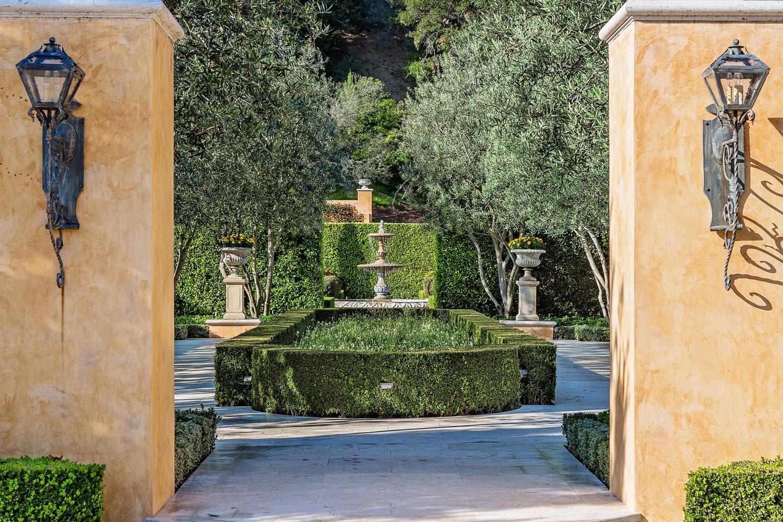 1-backyard-walkway-hedges-fountain-dee-carawan.jpg