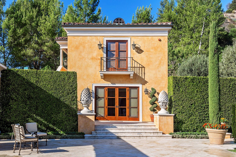 3-backyard-entrance-hedges-walkway-dee-carawan.jpg