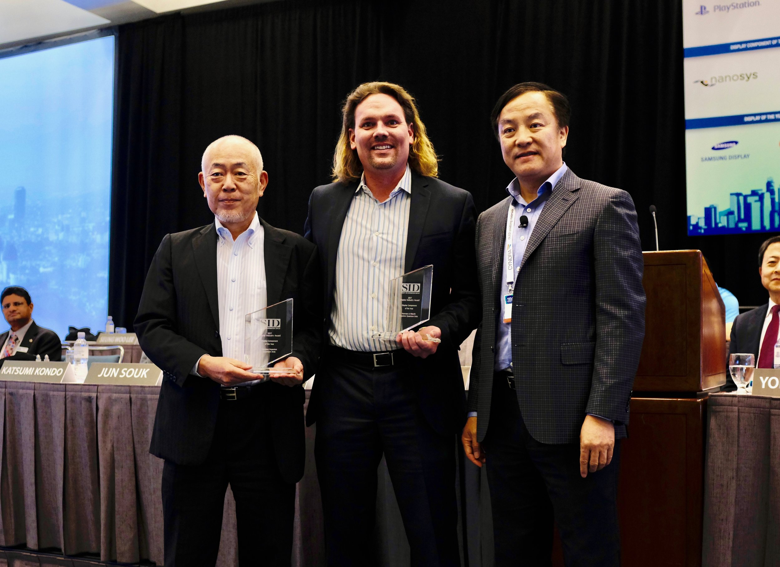 SID Awards Chair and Apple Vice President of Display Engineering, Wei Chen,presents the SID Component of the Year Award to Nanosys and Hitachi Chemicals.
