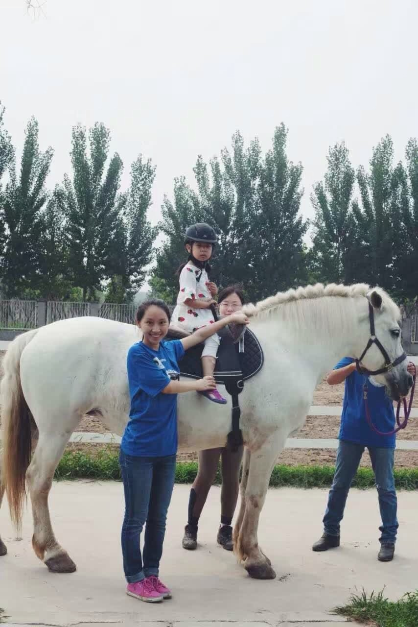volunteers-child-horse-summer-camp.jpg