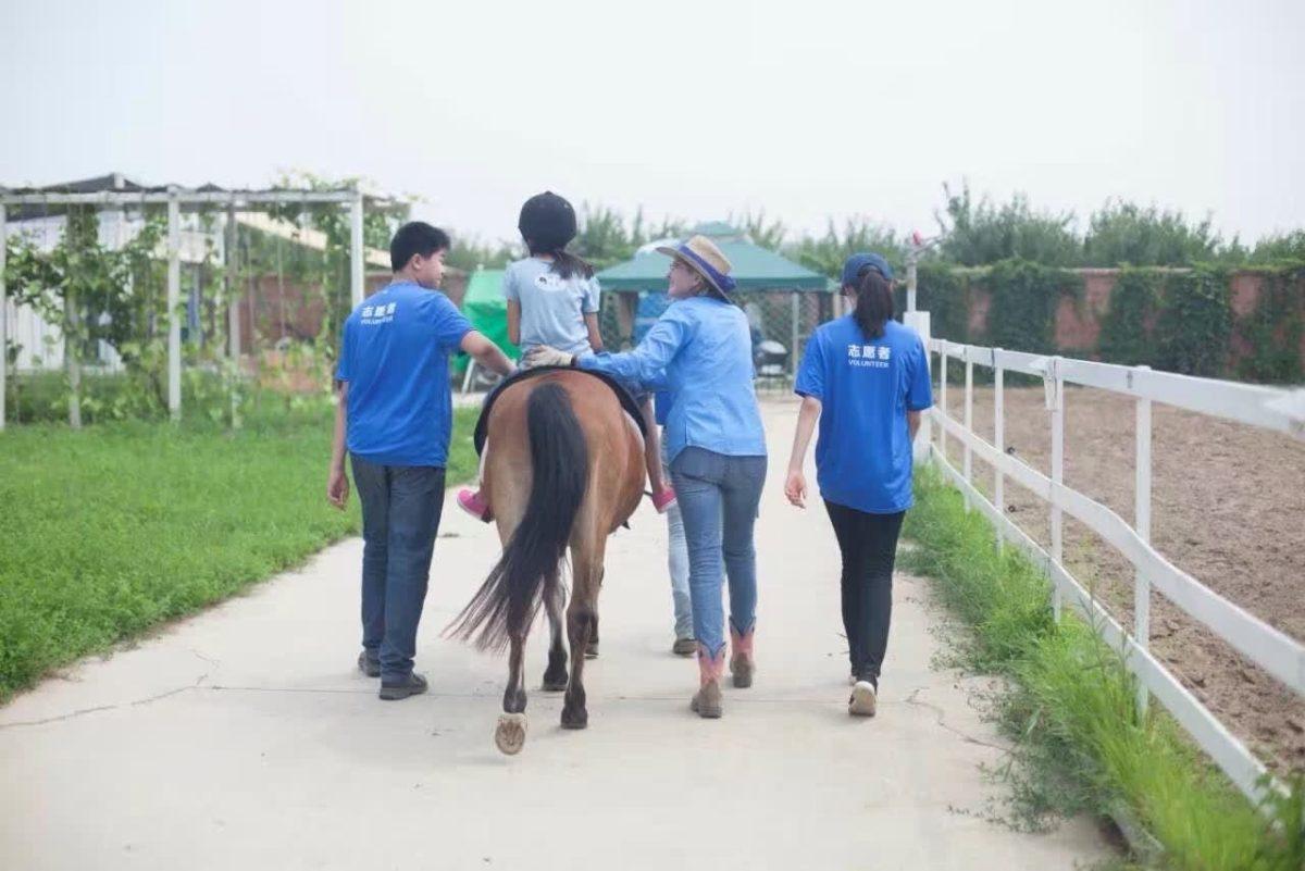 Li(瑞典PONY马)和夏令营学员