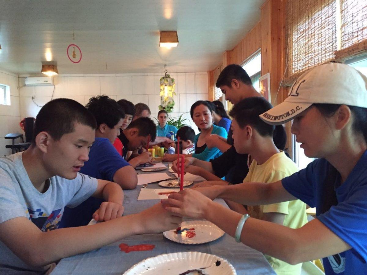 夏令营小组活动中,学员正在T恤上涂鸦