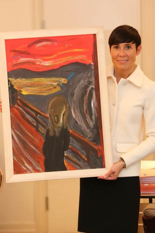 Forsvarsminister Søreide med maleri fra Peacepainting