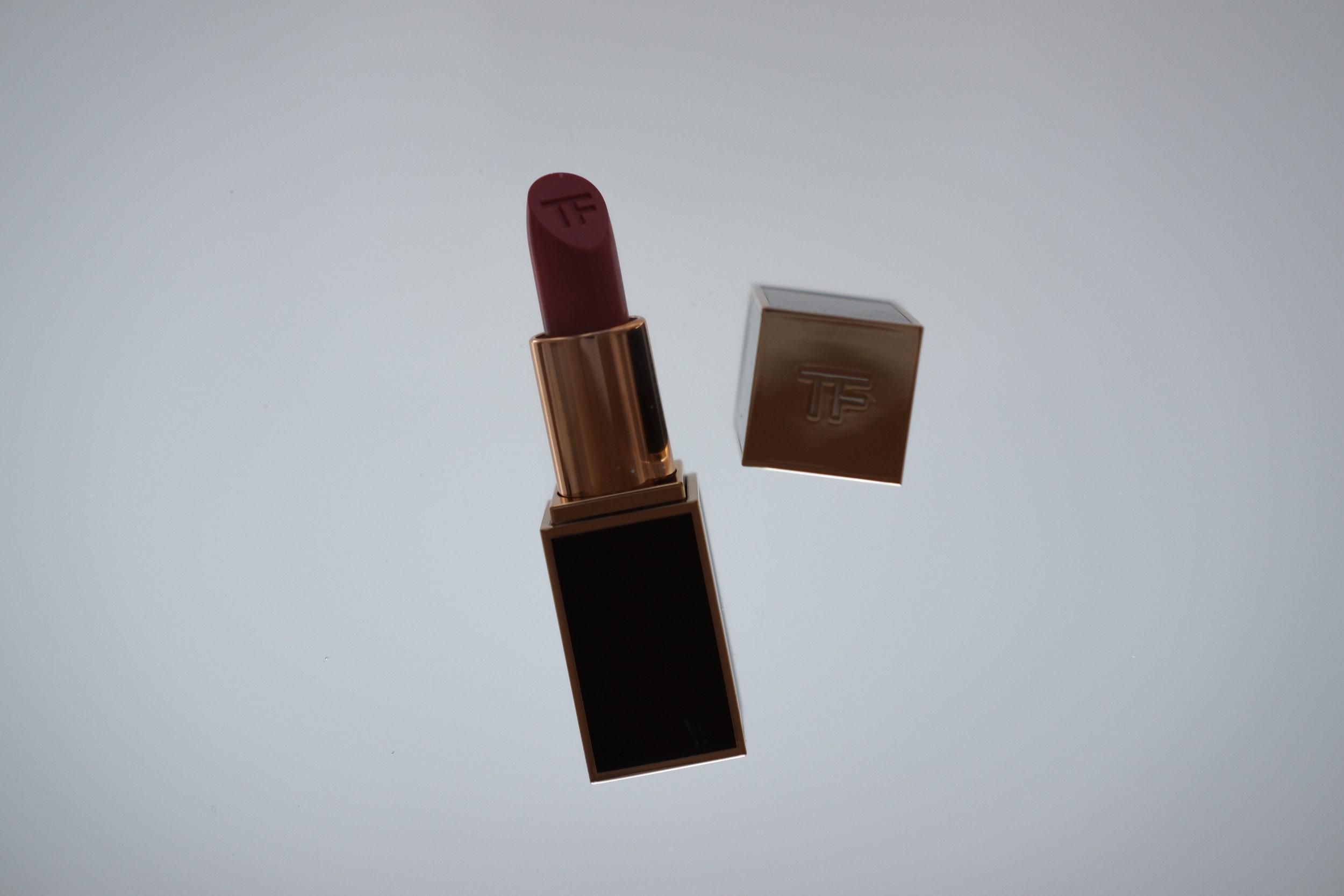 Viikko 8/2019:  Tom Ford Lip Color 16 Scarlet Rouge  - Klassinen huulipunakoostumus, joka levittyy huulille ihanan pehmeästi ja antaa intensiivisen sävyn. Scarlet Rouge on aavistuksen ruskeaan taittava tumman punainen. Pysyy hyvin, kosteuttaa ja on ihanan ylellinen.