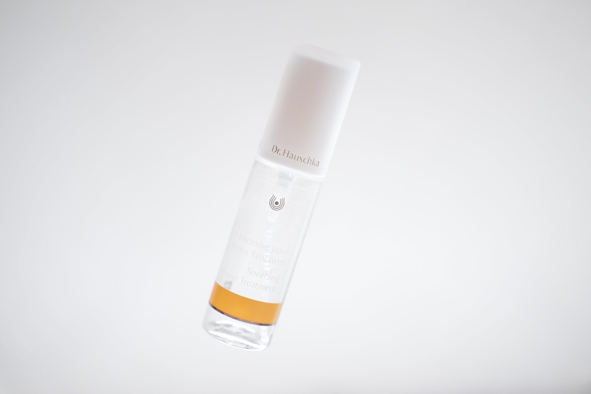 Viikko 13/2019:  Dr. Hauschka Soothing Intensive Treatment  - Tehokuuri herkälle iholle kun iho on epätasapainossa ja tarvitsee normalisoivia tuotteita. Erinomainen herkistyneelle ja ärtyneelle iholle. Syy epätasapainoon voi olla vaikka atopia, rosacea tai hormoniepätasapainotilat. Suihke rauhoittaa ihon tehokkaasti. Suihketta käytetään kuurina.