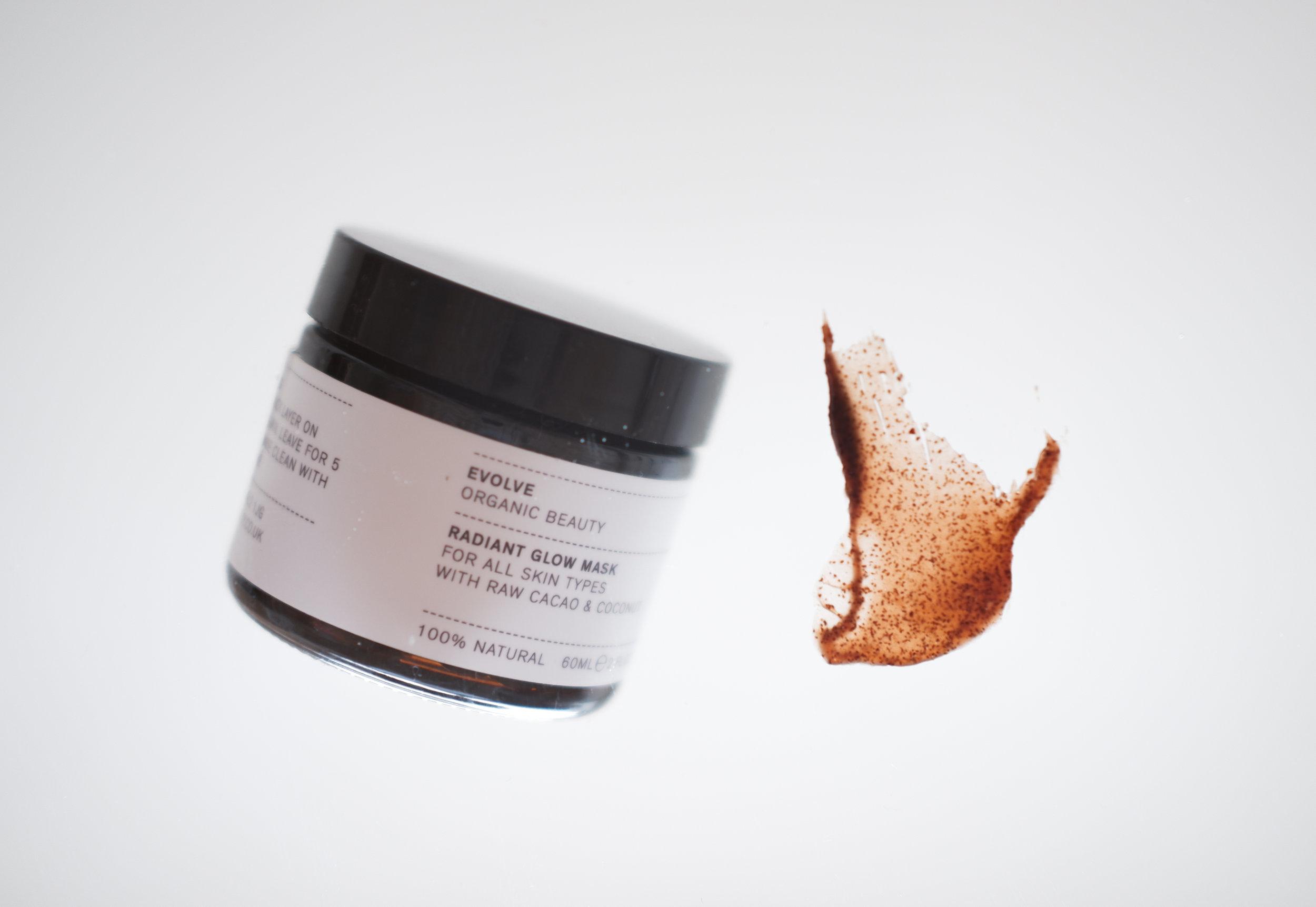 Viikko 17/2019:  Evolve Organic Beauty Radiant Glow Mask  - Kasvoja kirkastava, pehmentävä ja kosteuttava naamio toimii jokaisessa tilanteessa ja vähän jokaiseen tarpeeseen. Naamiossa oleva raakakaakao suojaa ihoa, parantaa sen kosteustasapainoa ja tasoittaa ihon sävyä. Raakakaakao sisältää myös paljon C-vitamiinia, jolla on ihoa kirkastavia ominaisuuksia. Manteliöljy sen sijaan kosteuttaa, pehmentää ja ravitsee ihoa. Ihana all-in-one -tuote viikottaiseen käyttöön!