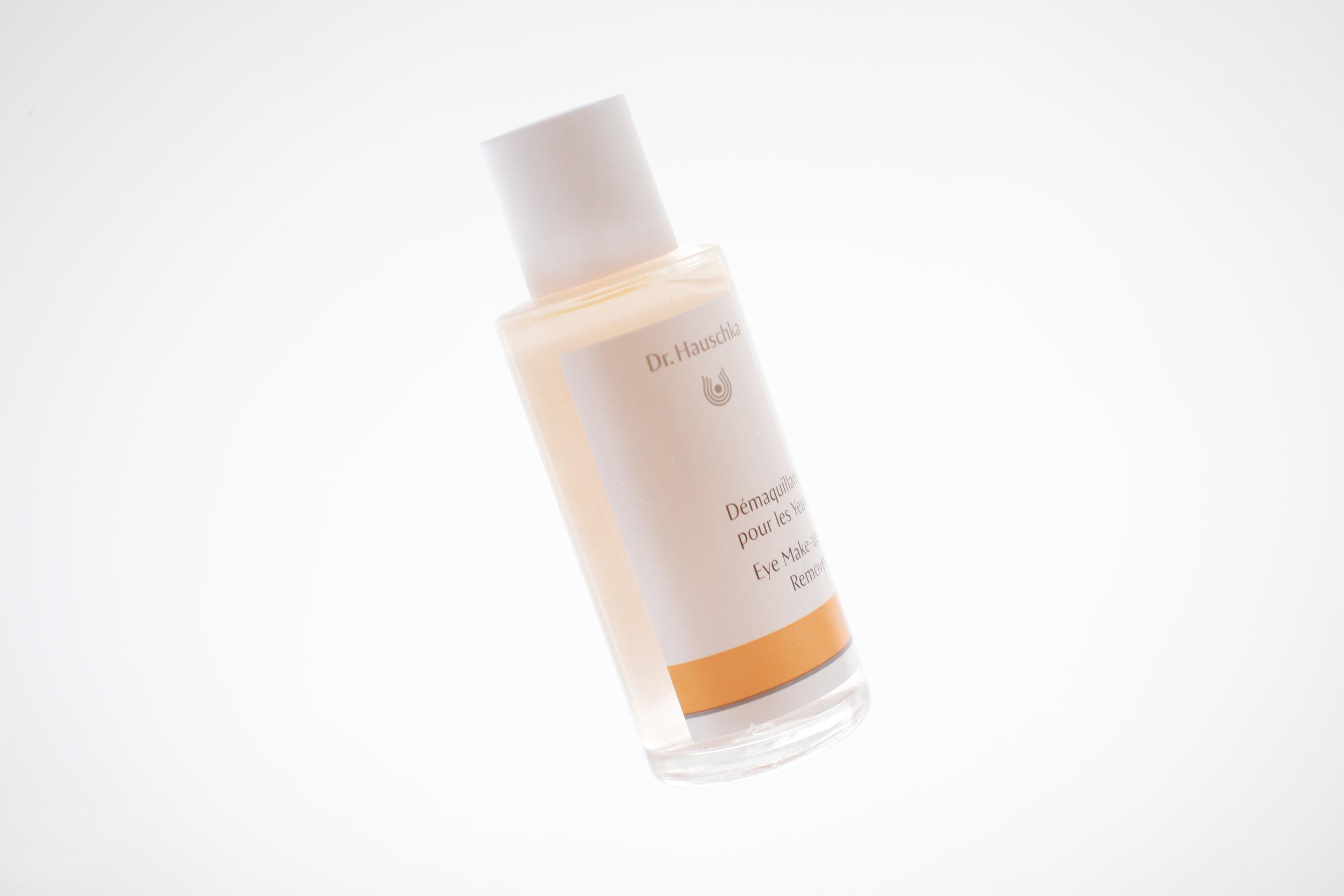 Viikko 25/2019:  Dr. Hauschka Eye Make-up Remover  - Herkillekin silmille soveltuva tehokas silmämeikinpoistoaine, joka ei kirvele silmissä tai jätä silmänympärysihoa kiristävän kuivaksi. Hoitaa ihoa, ripsiä ja kulmakarvoja ruusuveden ja auringonkukan- sekä seesamiöljyn avulla. Ripsistä tulee selkeästi vahvemmat putsarin avulla. Poistaa jopa vedenkestävän (ja synteettisen) ripsivärin!