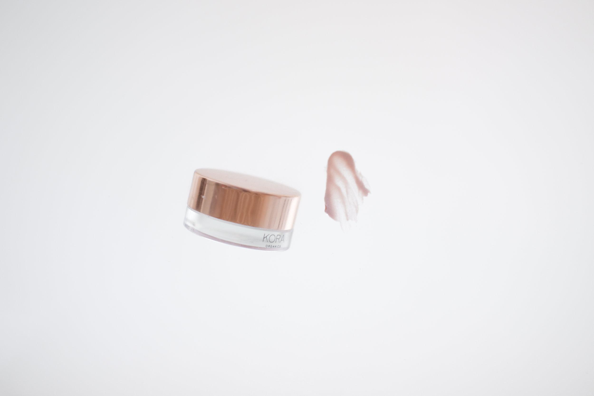 Viikko 29/2019:  Kora Organics Rose Quartz Luminizer  - Voidemainen hehkubalmi, joka antaa iholle kauniin ja hempeän vaaleanpunaisen kiillon. Voide ei jätä ihoa tahmeaksi ja se sopii kaikille ihotyypeille. Hehkuvoide sisältää ihoa kosteuttavaa ja kirkastavaa noni-hedelmän uutetta sekä ravitsevaa kookospähkinäöljyä. Voiteessa on myös antioksidanttista ruusunmarjaa. Kyseessä on siis ihonhoidon ja meikin täydellinen yhdistelmä. Vaaleanpunainen väri tulee jauhetusta ruusukvartsista.