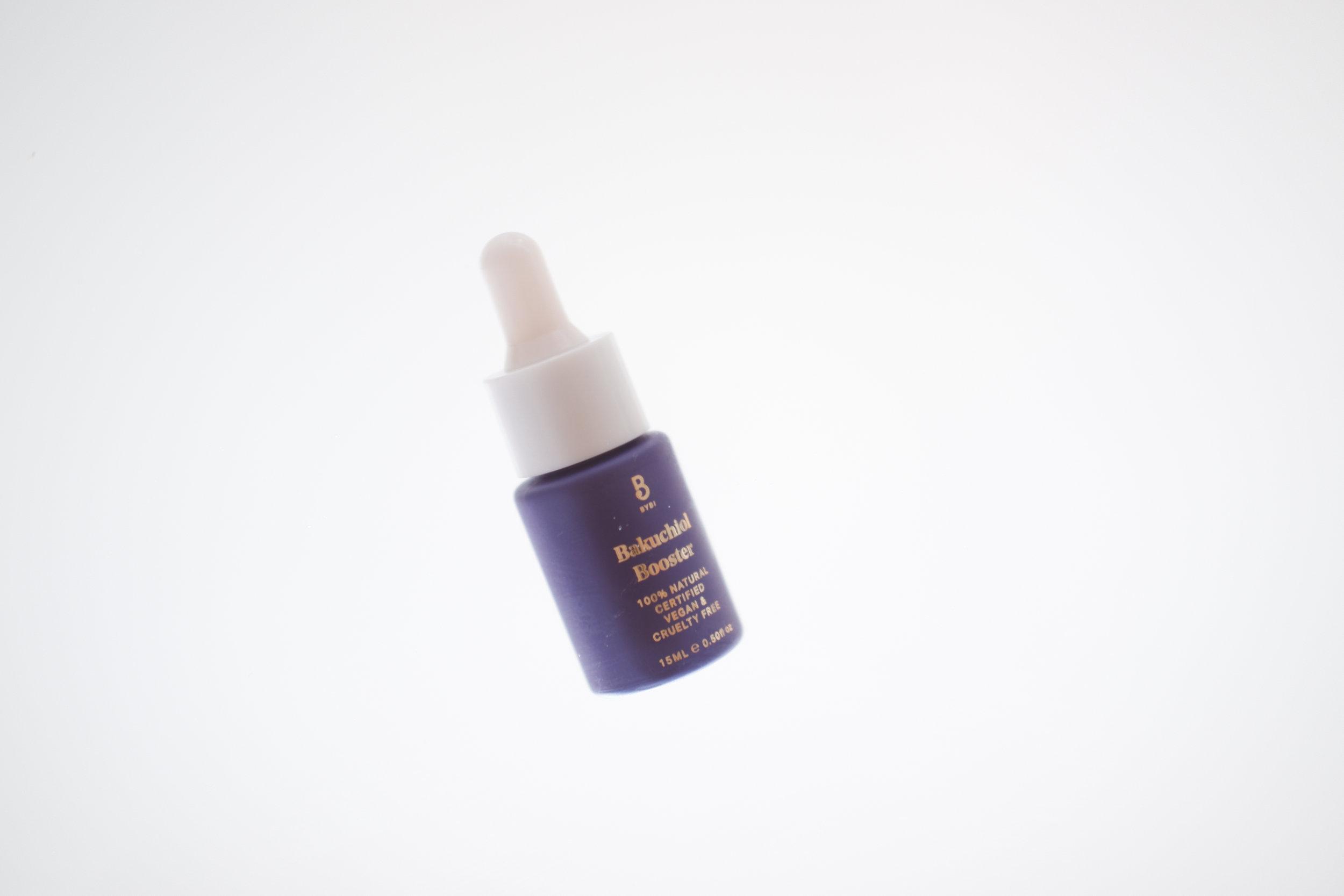 Viikko 30/2019:  BYBI Beauty Bakuchiol Booster  - Backuchiol on luonnon oma A-vitamiini, eli sillä on kaikki retinolin hyvät vaikutukset ihoon; se uudistaa, siloittaa ja kirkastaa ihoa. 99% skvalaania ja 1% Bakuchiolia sisältävä boosteri on erinomainen yökäytössä. Iho on aamulla aivan super kirkas ja tasaisen sävyinen. Retinoli ei aina sovi herkälle iholle, mutta tämä Bakuchiol boosteri ei ärsytä herkkääkään ihoa. Käytä iltaisin puhtaille kasvoille tai hoitoveden jälkeen sellaisenaan. Voit myös sekoittaa boosteria kosteusvoiteesi joukkoon.