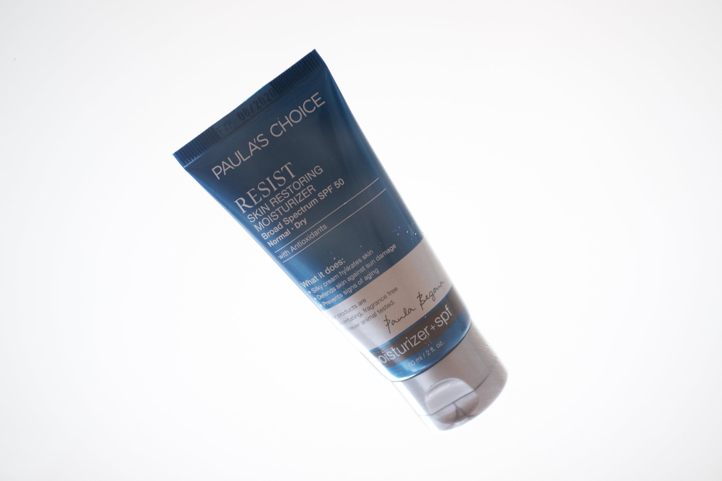 Viikko 31 /2019:  Paula's Choice Resist Skin Restoring Moisturizer SPF50  - Aurinkosuojan sisältävä kosteusvoide levittyy iholle todella hyvin. Siitä ei jää lainkaan vaaleaa pintaa tai tahmeaa tunnetta kasvoille. Voide sopii hyvin meikin alle, sillä se ei ole liian rasvainen - meikki pysyy hyvin paikoillaan eikä lopputulos ole liian kiiltävä. Sekä UVA- että UVB -säteiltä suojaavan voiteen kerroin on 50.