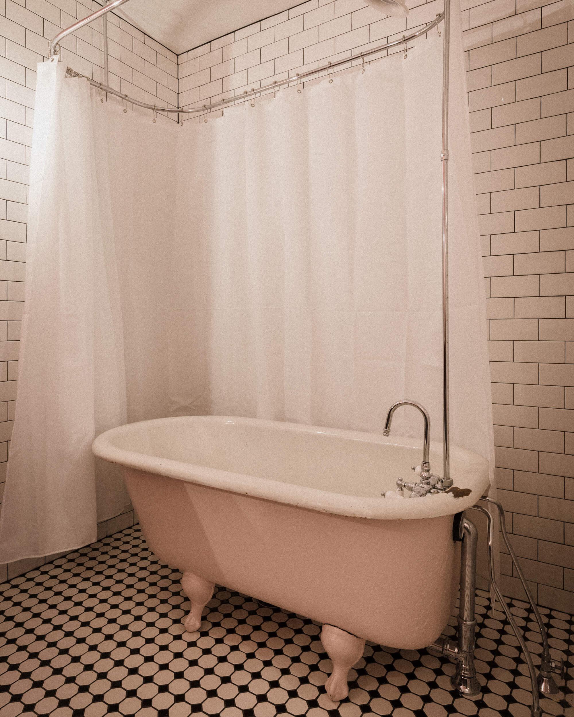 READ_HOUSE_311_BATHTUB_PHOTO.jpg