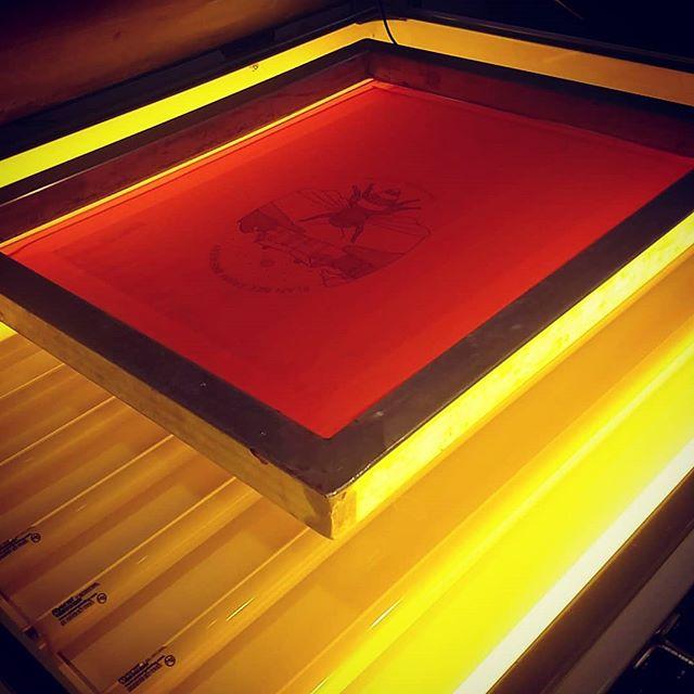 Nothing like the glow of safe lights and a good screen.... #screenprinting #darkroom #vaporwave #hudsonvalley #makers #beer #merch #poweringtheprint #printmaking