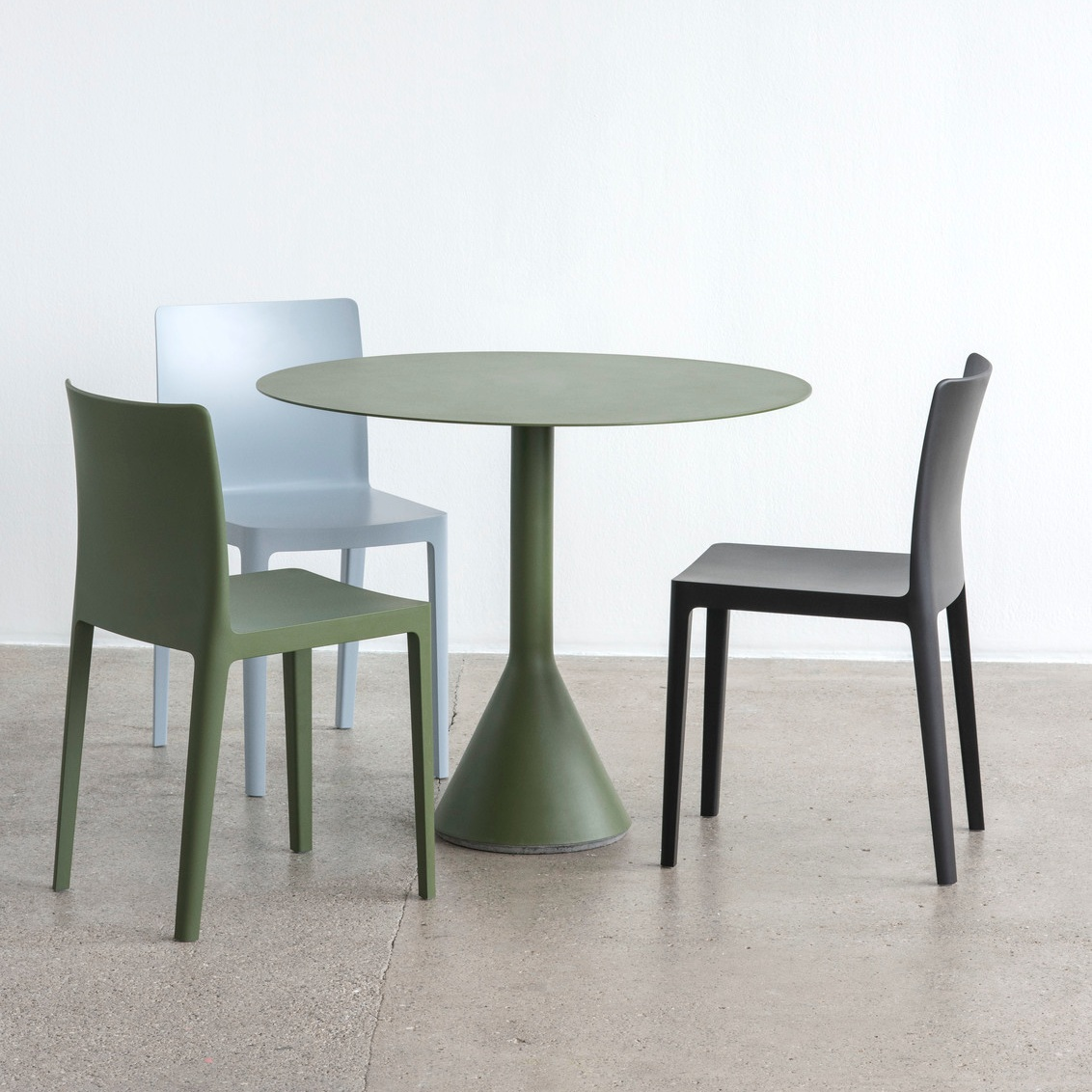 Elementaire+Chair+antracite+olive+blue+grey_Palissade+Cone+Table+olive.jpg